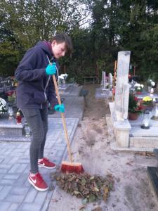 Wolontariat - porządkowanie cmentarza