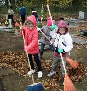 Porządkowanie cmentarza przez uczniów klasy III